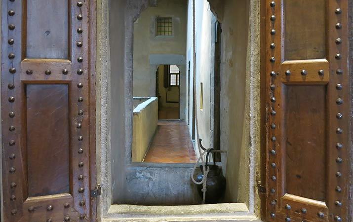 florence-italy-palazzo-davanzati-inside-well-715