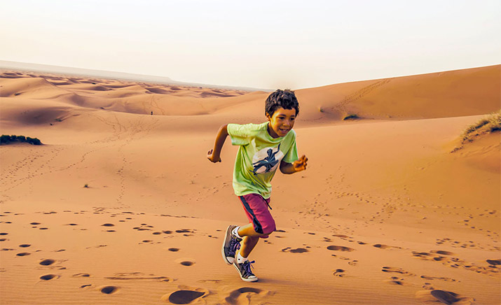 morocco-boy-in-sand-dunes-715